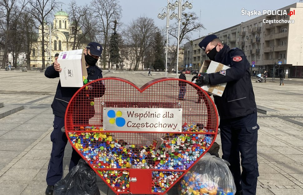 Częstochowscy policjanci włączyli się w akcję na rzecz chorego Michałka i zebrali 40 kilogramów plastikowych nakrętek 1