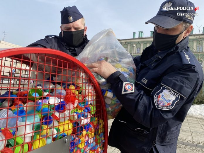 Częstochowscy policjanci włączyli się w akcję na rzecz chorego Michałka i zebrali 40 kilogramów plastikowych nakrętek 3