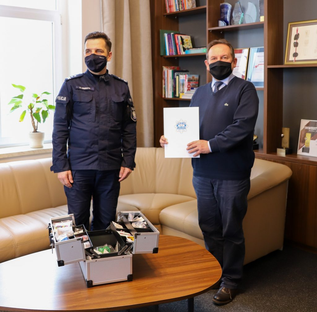 Lublinieccy policjanci otrzymali walizkę profilaktyczną 1