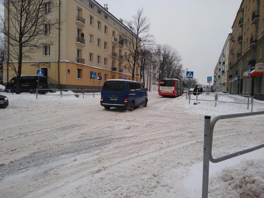 Uważajcie, na ulicach i chodnikach ciągle dużo śniegu 1