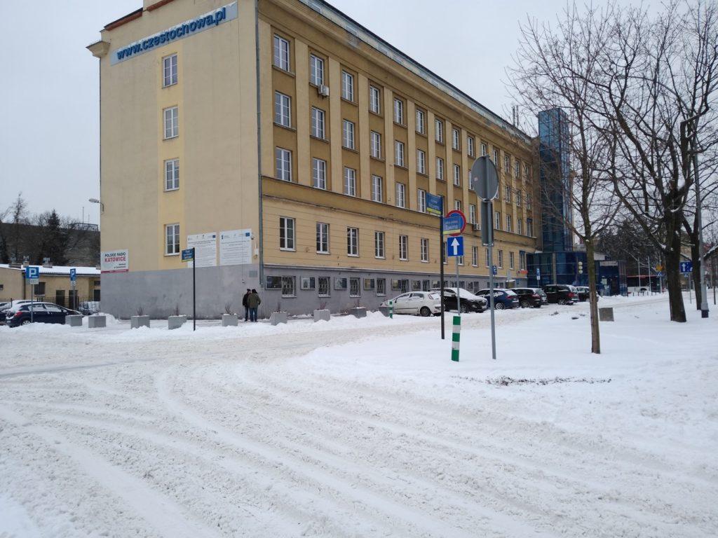 Uważajcie, na ulicach i chodnikach ciągle dużo śniegu 12