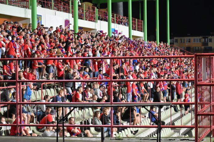 """Po """"retro"""" meczu kibice Rakowa przywitali piłkarzy przy Limanowskiego banerem """"Sto lat Rakowa""""! 2"""
