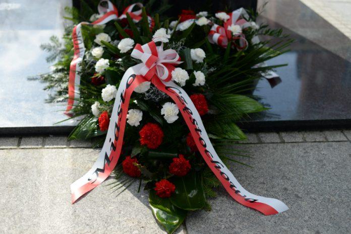 kwiaty pod pomnikiem Marszałka