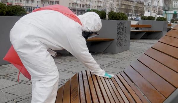 Ławki w centrum Częstochowy zostały wyczyszczone i odkażone. Teraz czekają na prawdziwą wiosnę 2
