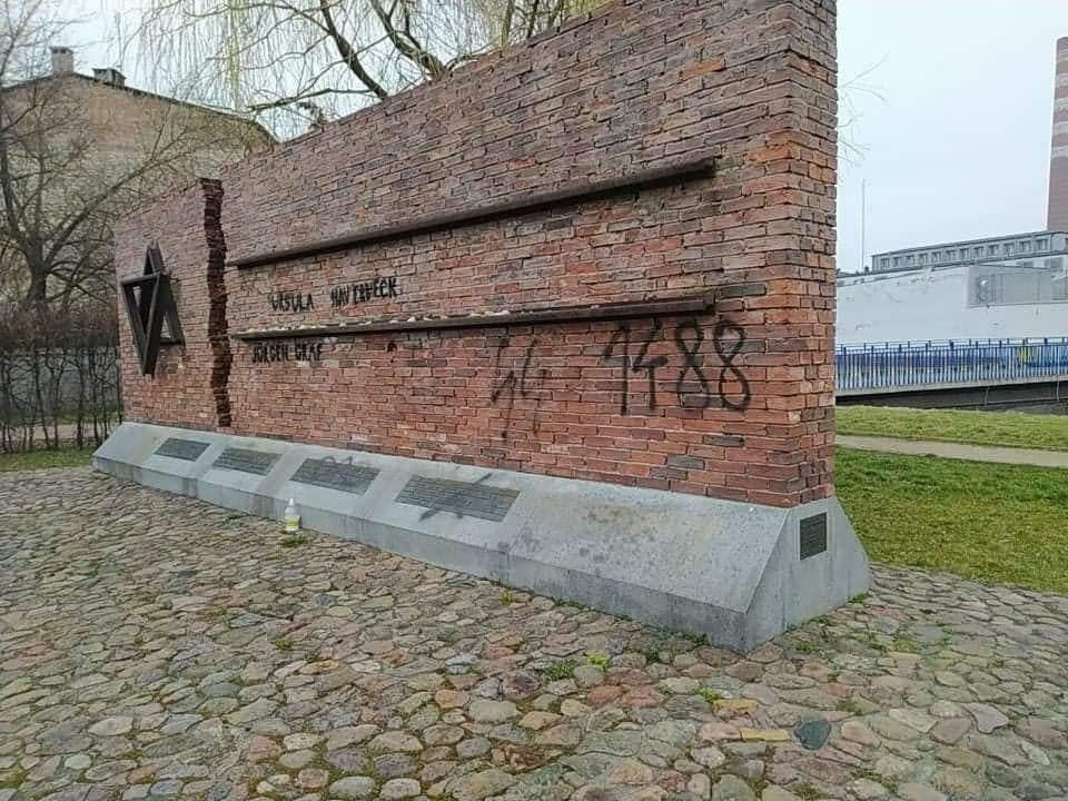 Nazistowskie napisy na Pomniku Ofiar Getta w Częstochowie. Sprawą zajmie się policja 2