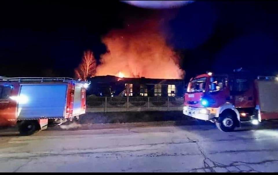 Spłonęła remiza w Raczkowicach w gminie Dąbrowa Zielona. W trakcie akcji gaśniczej poszkodowany został jeden strażak 1