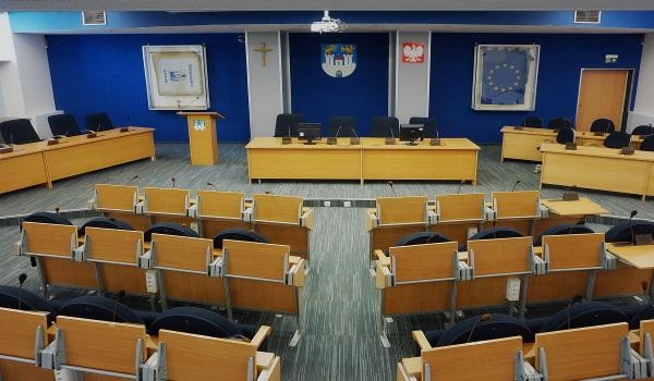 Nadzwyczajna sesja Rady Miasta Częstochowy przerwana do 20 maja. Prezydent Matyjaszczyk nie wypowiedział się na temat wycieku danych osobowych pracowników częstochowskiego MOPS-u 2