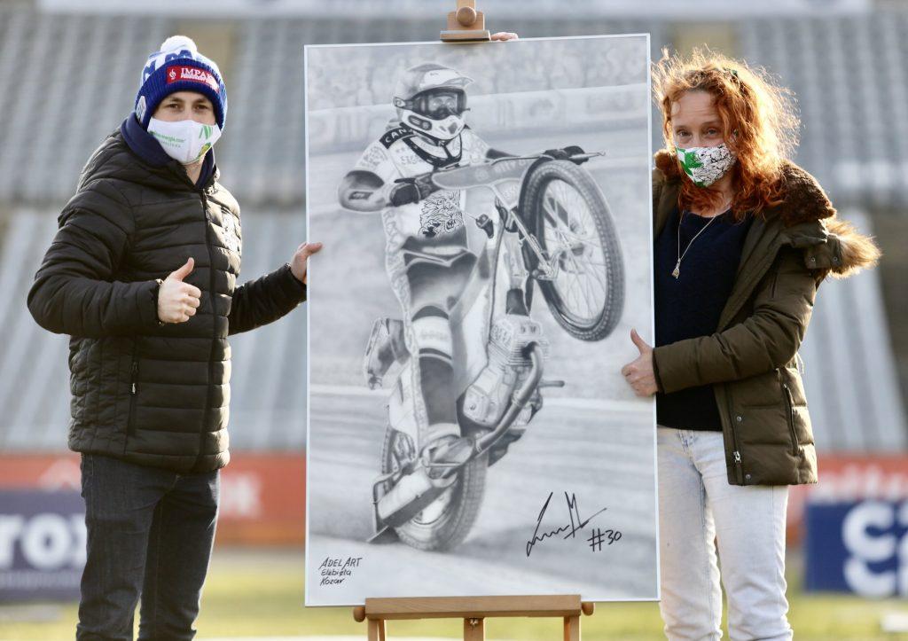 Można wylicytować obraz z podobizną i podpisem Leona Madsena autorstwa Elżbiety Kozar. Aktualna stawka już 5500 zł. 1