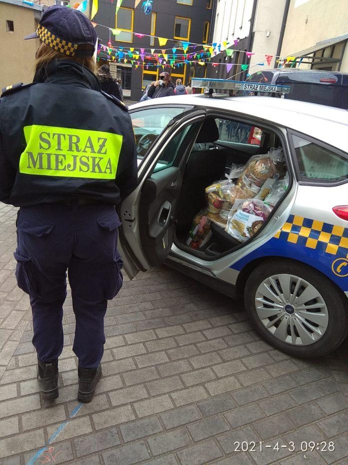 Wielka Sobota. Częstochowscy strażnicy miejscy rozwozili świąteczne paczki dla najbardziej potrzebujących 4
