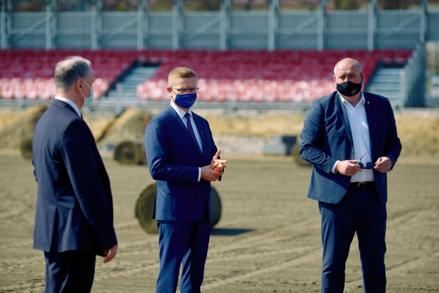 Dobre wieści przed świętami z Limanowskiego 83. Na Miejskim Stadionie Piłkarskim Raków leży już murawa i stoi trybuna... 3