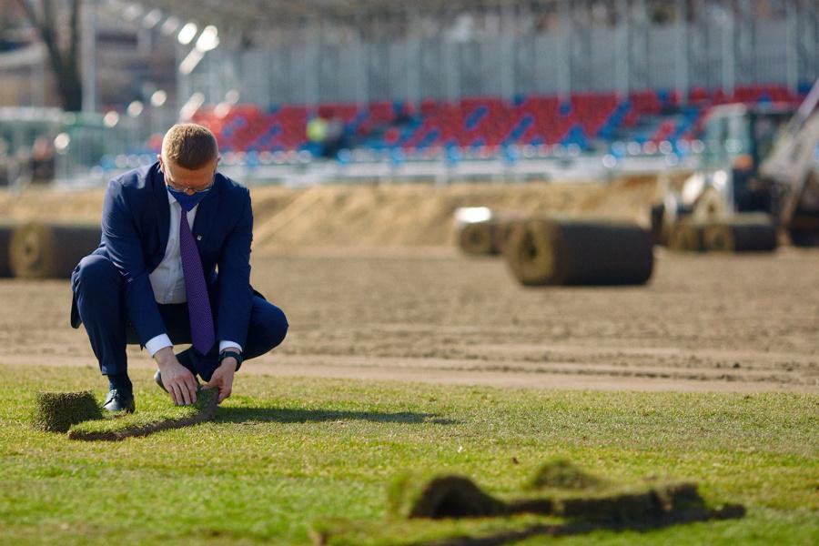 Dobre wieści przed świętami z Limanowskiego 83. Na Miejskim Stadionie Piłkarskim Raków leży już murawa i stoi trybuna... 1