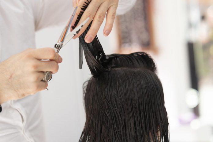 Od 1 maja zakłady fryzjerskie i kosmetyczne mogą przyjmować klientów - rząd sprecyzował zmiany w obostrzeniach na stronie internetowej 2