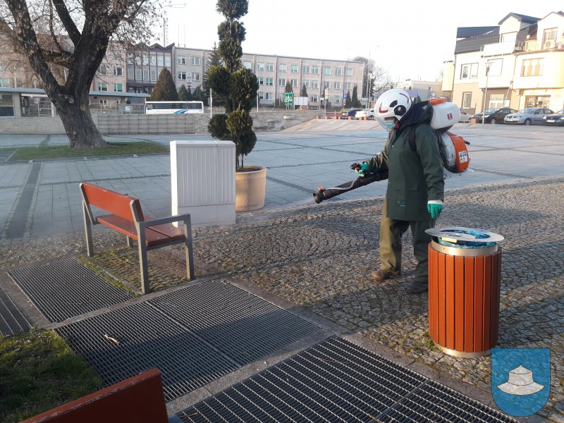 W Kłobuck walczą z epidemią dezynfekując przestrzeń publiczną. Pomagają strażacy-ochotnicy 1
