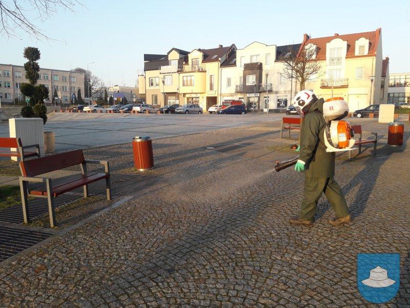 W Kłobuck walczą z epidemią dezynfekując przestrzeń publiczną. Pomagają strażacy-ochotnicy 2