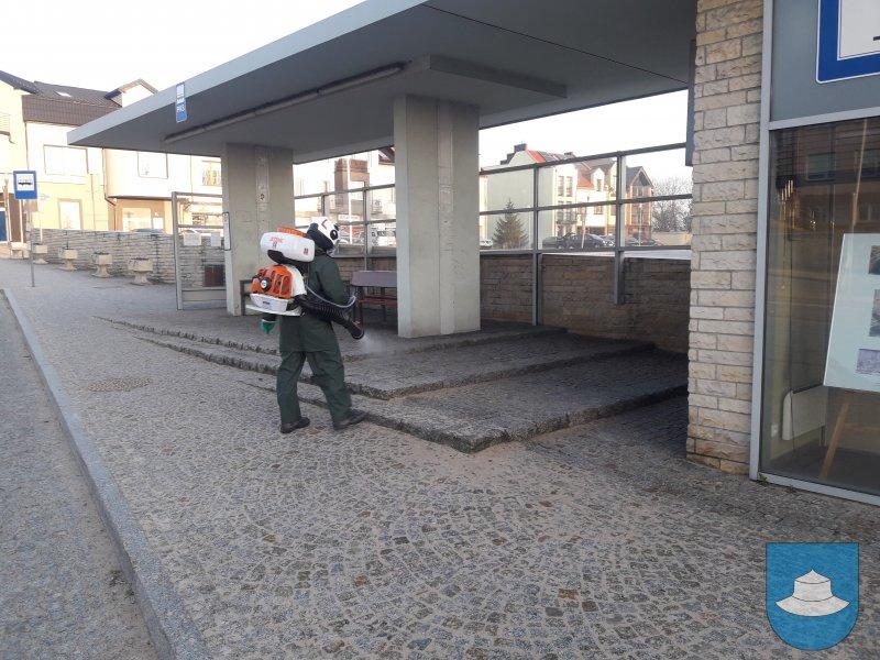 W Kłobuck walczą z epidemią dezynfekując przestrzeń publiczną. Pomagają strażacy-ochotnicy 3