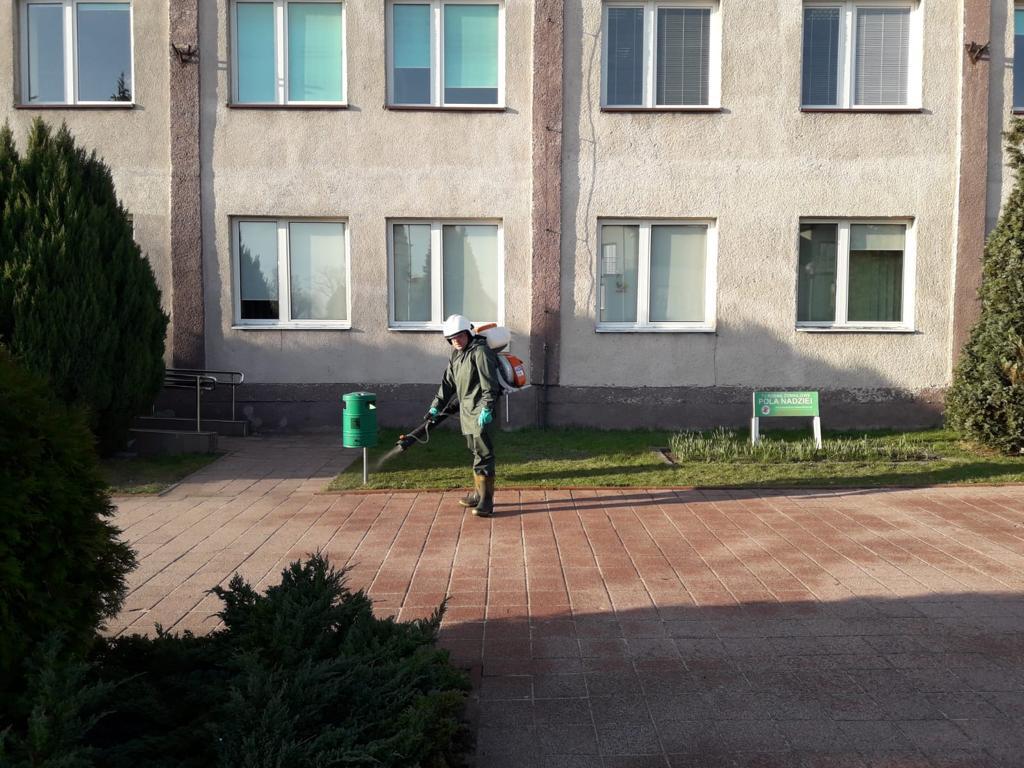 W Kłobuck walczą z epidemią dezynfekując przestrzeń publiczną. Pomagają strażacy-ochotnicy 5