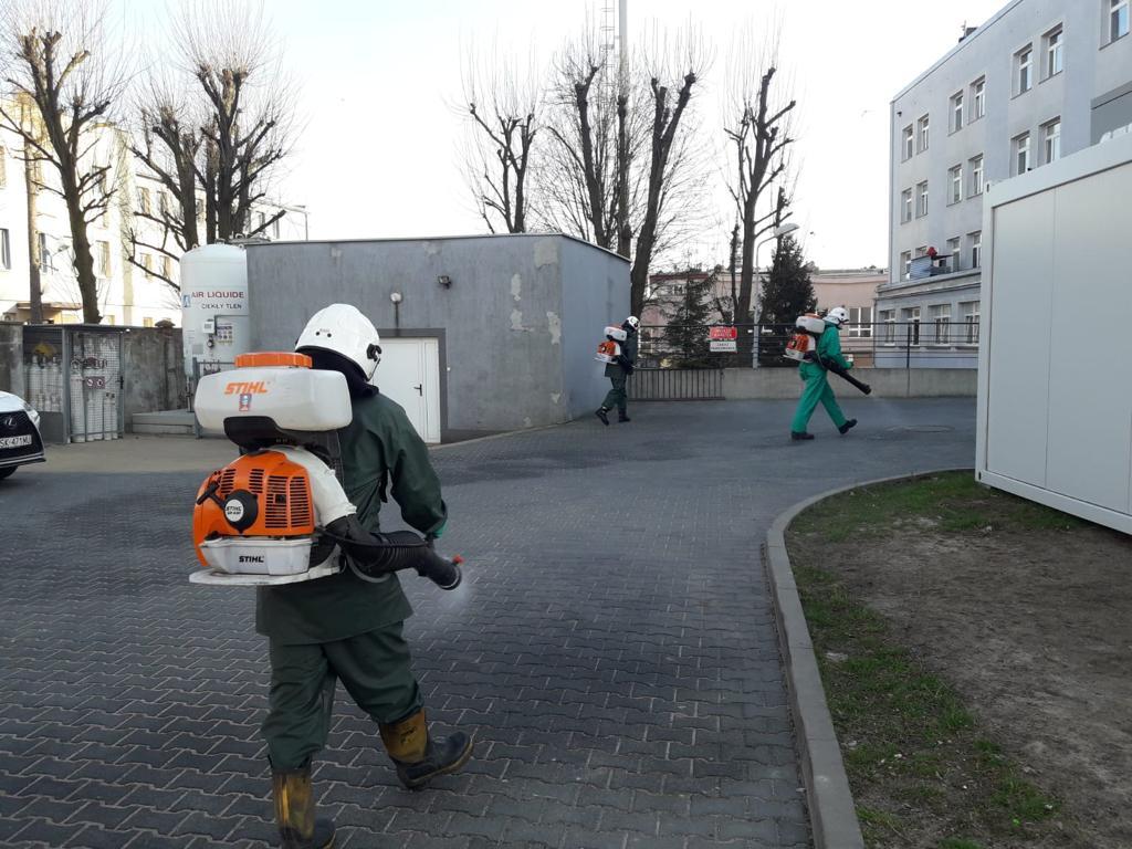 W Kłobuck walczą z epidemią dezynfekując przestrzeń publiczną. Pomagają strażacy-ochotnicy 6