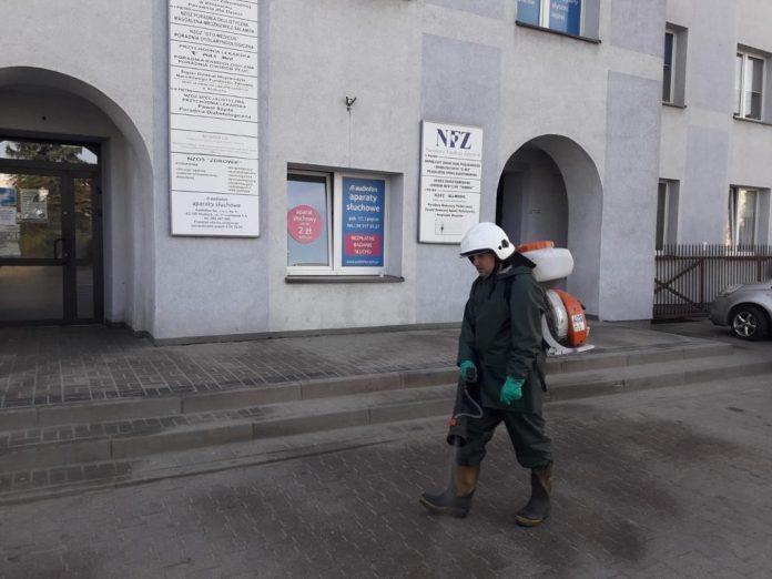 W Kłobuck walczą z epidemią dezynfekując przestrzeń publiczną. Pomagają strażacy-ochotnicy 11