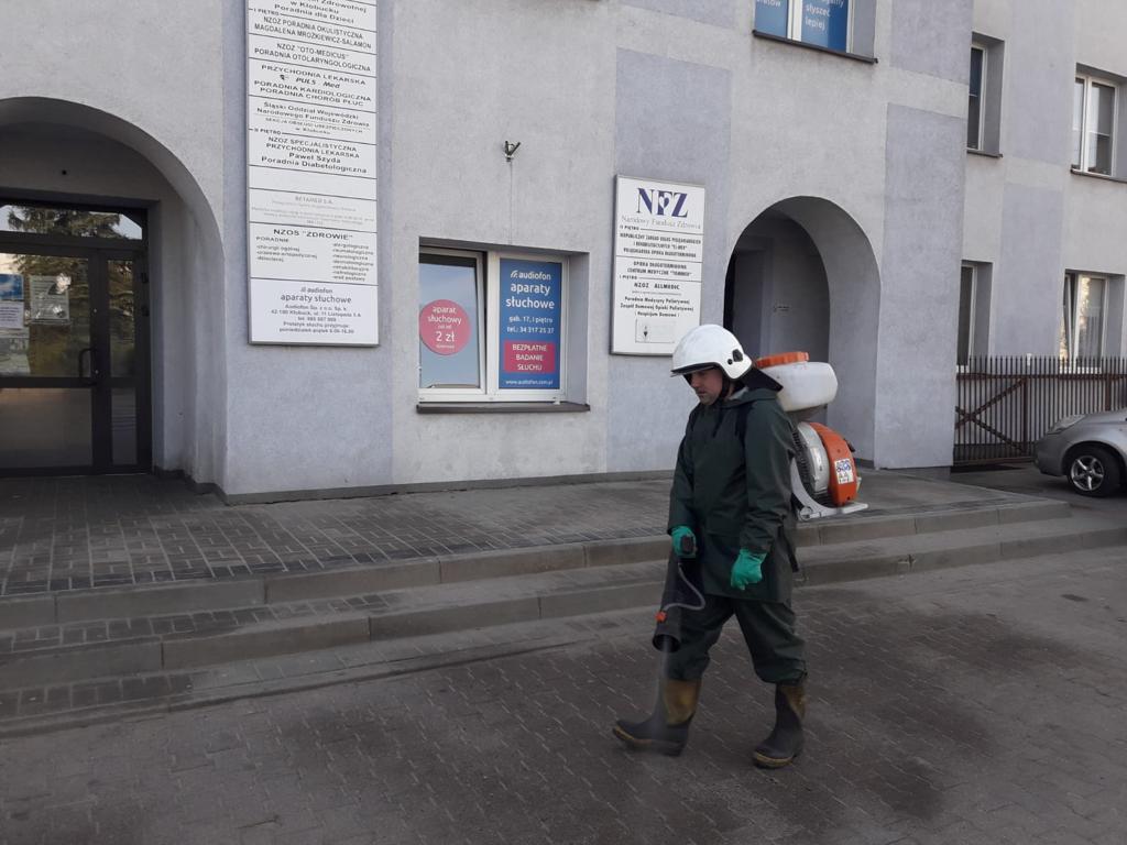 W Kłobuck walczą z epidemią dezynfekując przestrzeń publiczną. Pomagają strażacy-ochotnicy 9