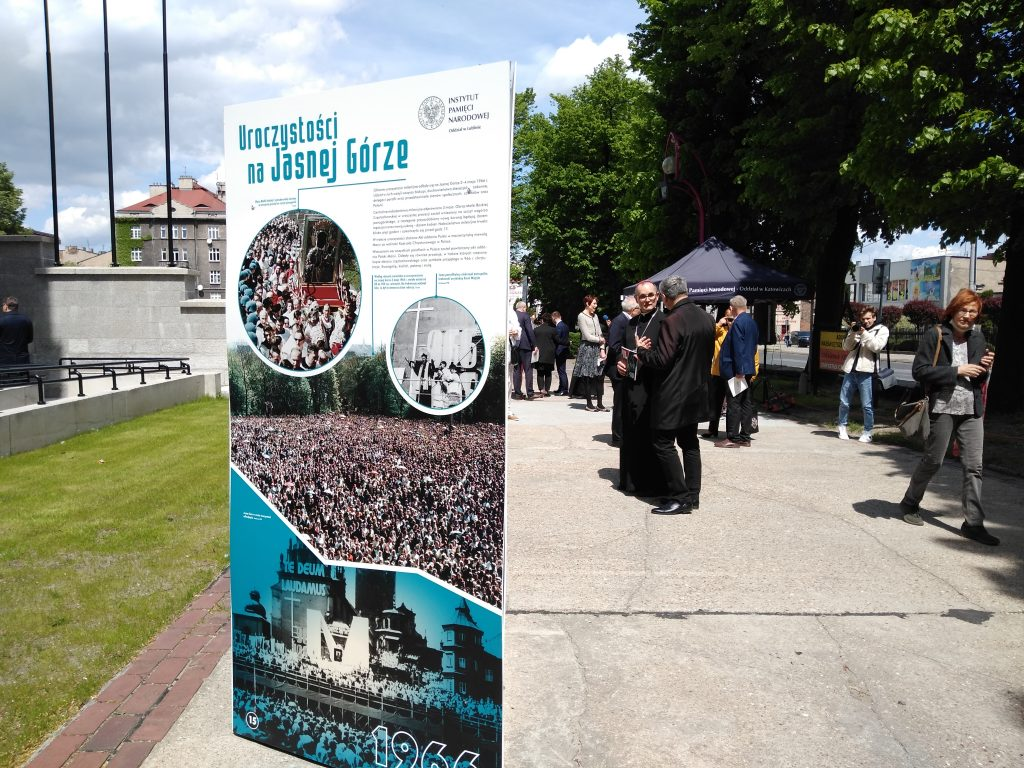 Wystaw przed częstochowską katedrą 2