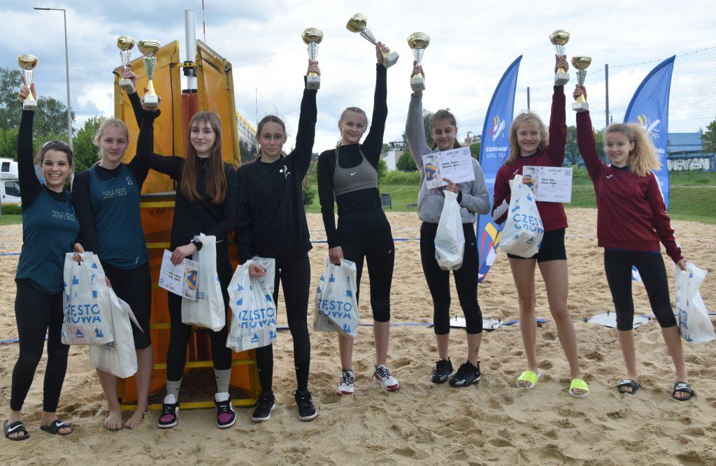 Amelia Dobosz i Nina Hilińska z Częstochowianki wygrały półfinał młodziczek w siatkówkę plażową 6