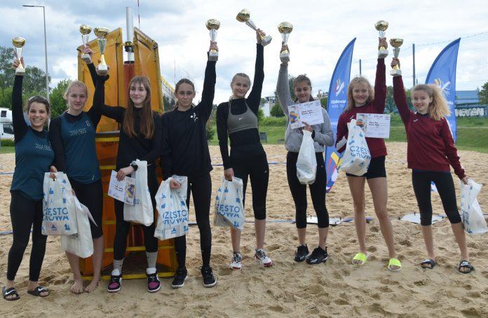 Amelia Dobosz i Nina Hilińska z Częstochowianki wygrały półfinał młodziczek w siatkówkę plażową 8