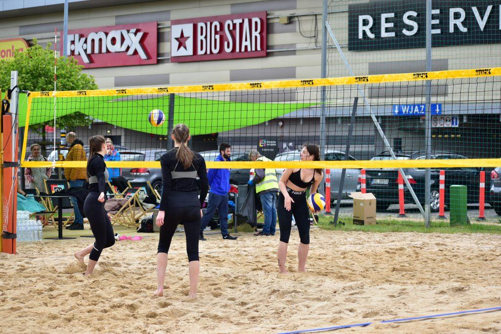 Amelia Dobosz i Nina Hilińska z Częstochowianki wygrały półfinał młodziczek w siatkówkę plażową 1