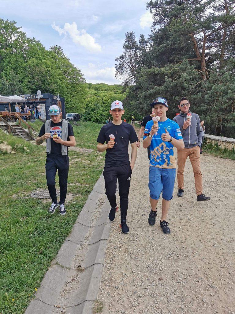 Żużlowcy Eltrox Włókniarza przed niedzielnym meczem w Toruniu pojechali na Jurę na ... lody i... 1