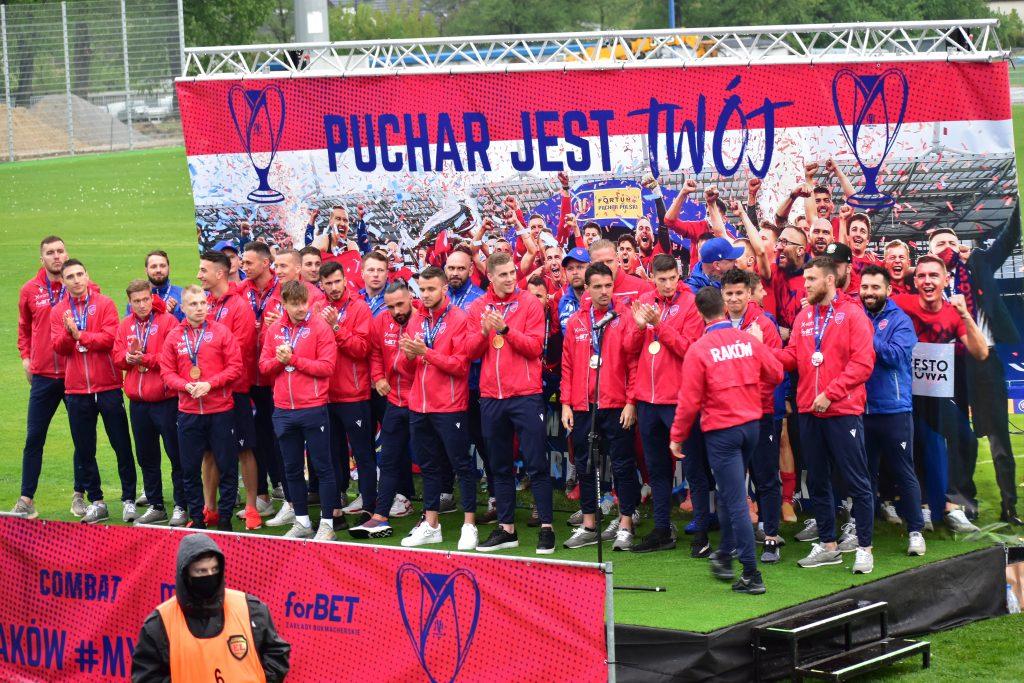 Feta piłkarzy Rakowa. Świętowali z kibicami Puchar Polski i wicemistrzostwo Polski! 6
