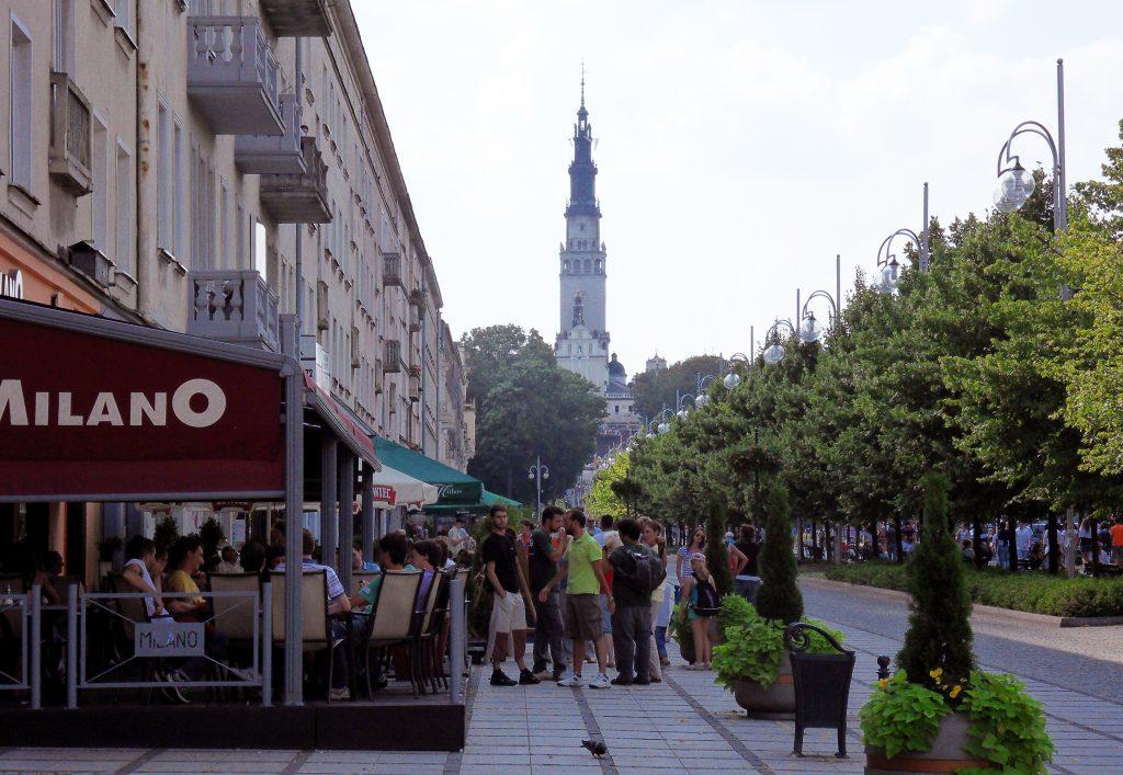 Za tydzień wracają kawiarniane ogródki. W częstochowskich Alejach kolejny rok pojawią się one w sąsiedztwie parkingów 1