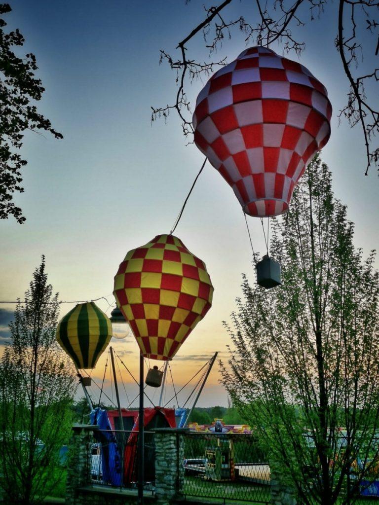 Miniaturowe balony przed olsztyńskim zamkiem 3
