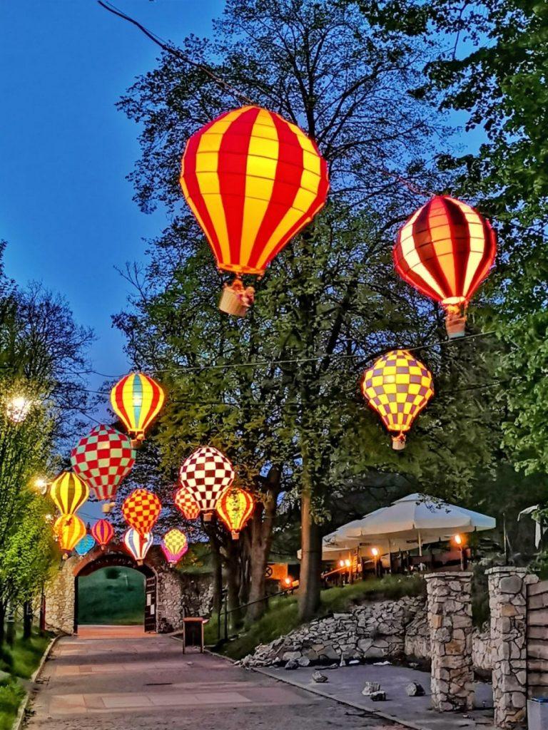 Miniaturowe balony przed olsztyńskim zamkiem 12