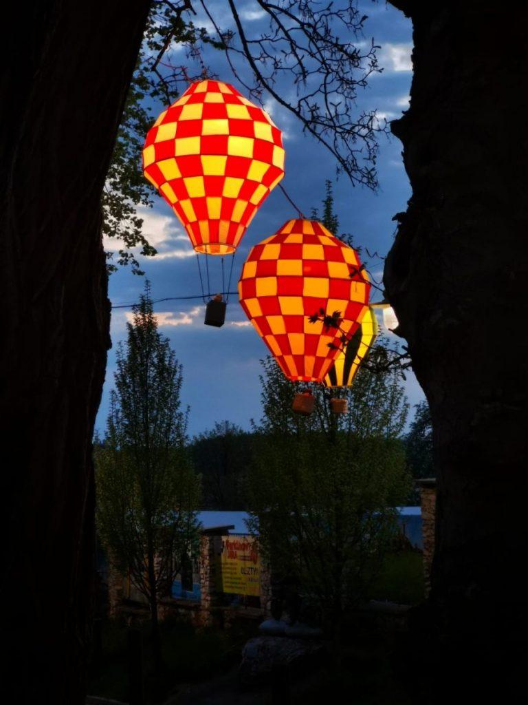 Miniaturowe balony przed olsztyńskim zamkiem 11