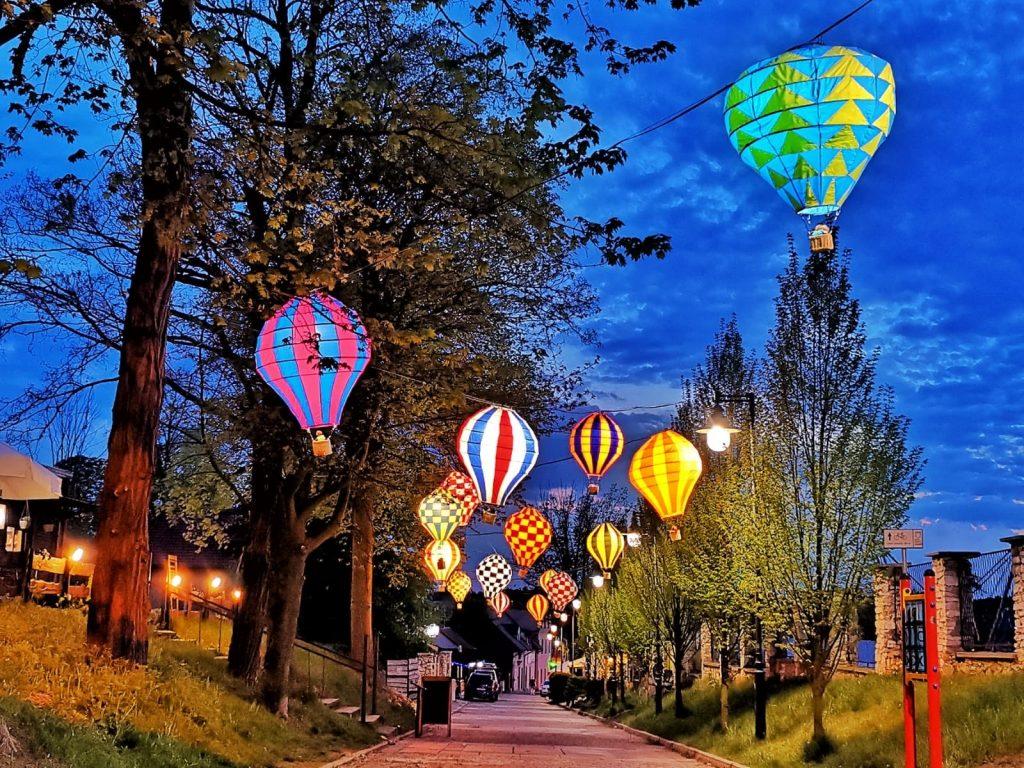Miniaturowe balony przed olsztyńskim zamkiem 10