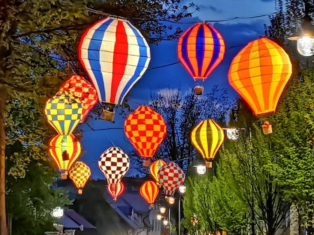 Miniaturowe balony przed olsztyńskim zamkiem 8