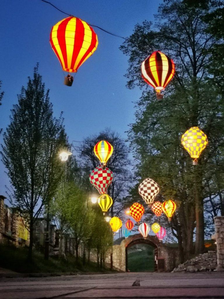 Miniaturowe balony przed olsztyńskim zamkiem 7