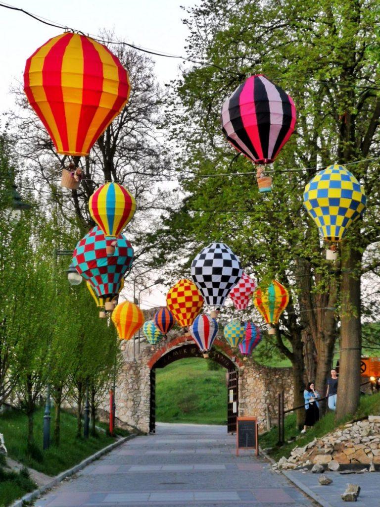 Miniaturowe balony przed olsztyńskim zamkiem 1