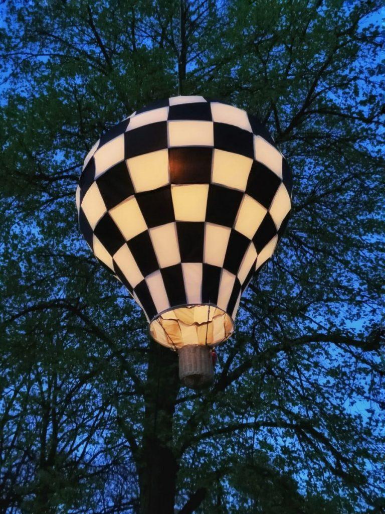 Miniaturowe balony przed olsztyńskim zamkiem 13