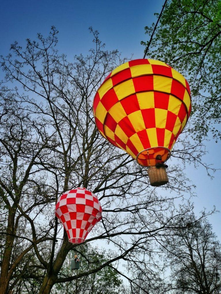 Miniaturowe balony przed olsztyńskim zamkiem 4