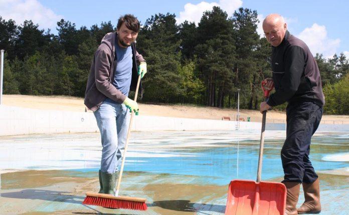 W Żarkach szykują basen na lato 10