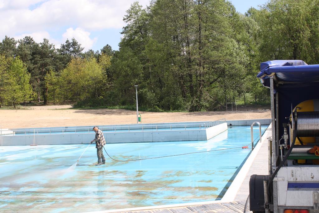 W Żarkach szykują basen na lato 2