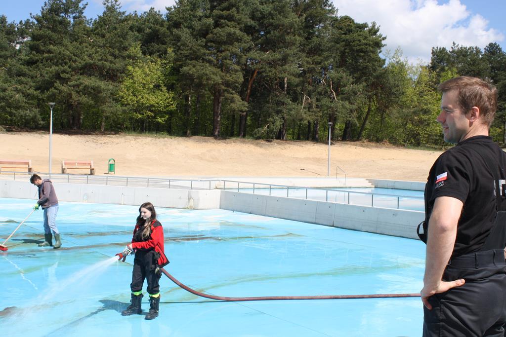 W Żarkach szykują basen na lato 5