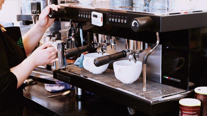 Dziś kolejne luzowanie obostrzeń. Kawę wypijemy już nie tylko w kawiarnianych ogródkach, ale również w środku lokalu 2