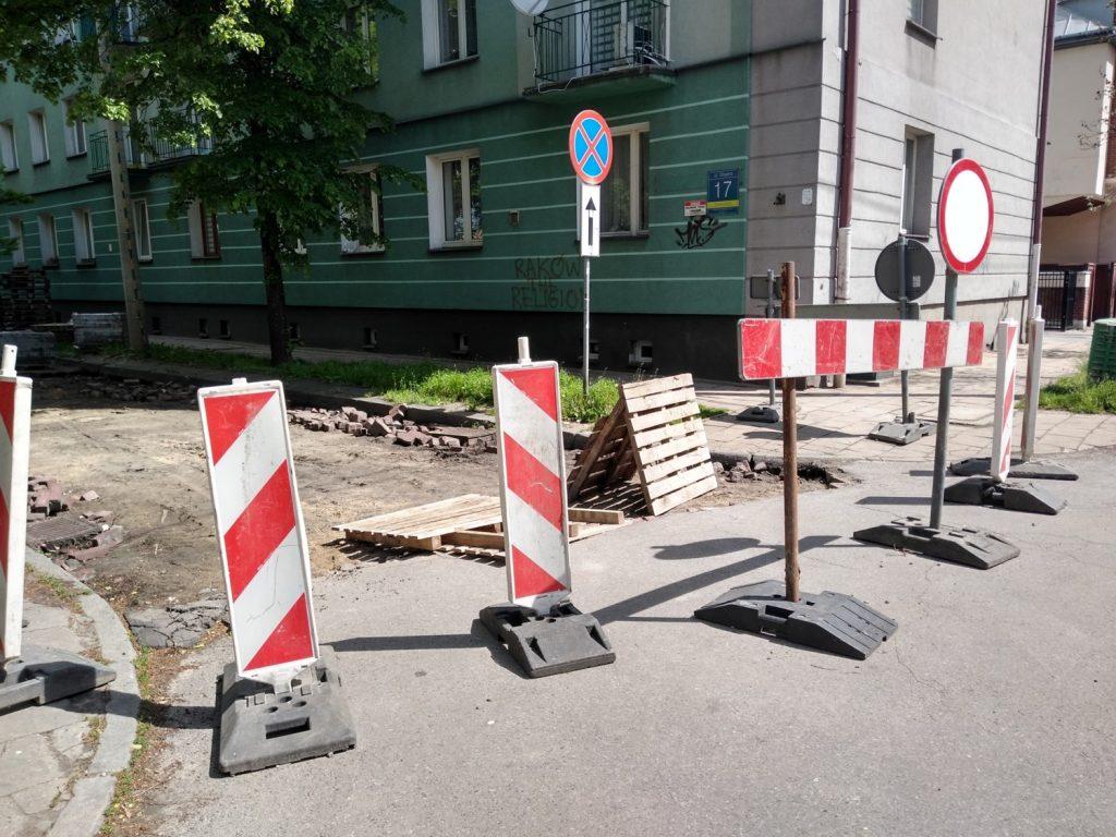 Częstochowianie bronią nawierzchni klinkierowej na ulicy Glogera. MZD wstrzymało prace przy remoncie drogi 1