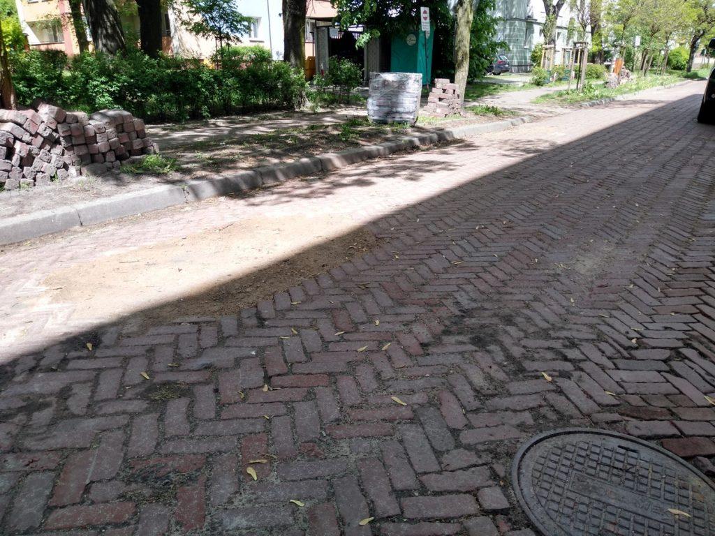 Częstochowianie bronią nawierzchni klinkierowej na ulicy Glogera. MZD wstrzymało prace przy remoncie drogi 4