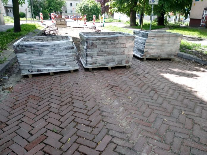Częstochowianie bronią nawierzchni klinkierowej na ulicy Glogera. MZD wstrzymało prace przy remoncie drogi 8