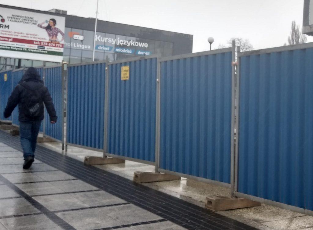 Miasto interweniuje w sprawie płotu wokół Merkurego w Powiatowym Inspektoracie Nadzoru Budowlanego 4