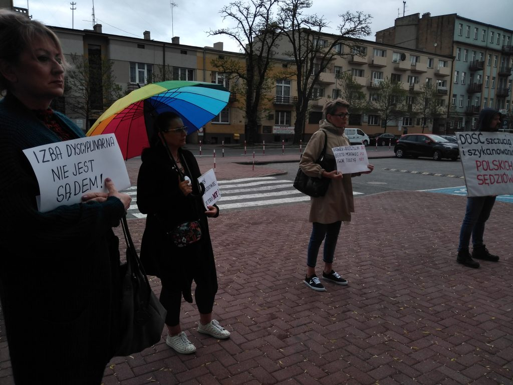 W deszczu przypominali o niezawisłości sądów i wolności sędziów 7