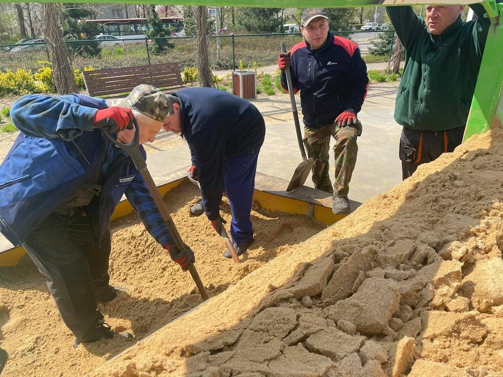 W miejskich piaskownicach na dzieci czeka już czysty piasek 2