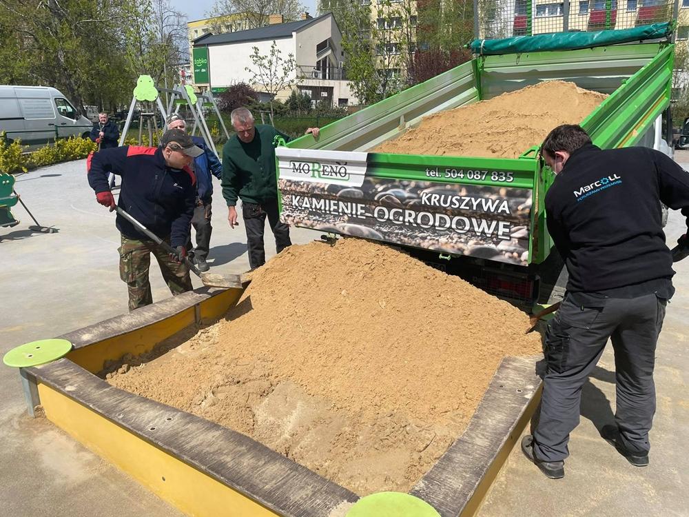 W miejskich piaskownicach na dzieci czeka już czysty piasek 3